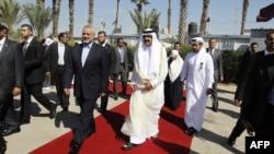 شیخ حمد بن خلیفه آل ثانی (نفر راست) همراه با اسماعیل هنیه، نخست وزیر گروه حماس در نوار غزه.