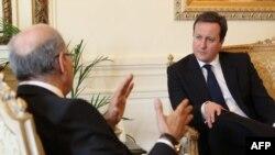 دیوید کامرون، نخست وزیر بریتانیا، در دیدار با همتای مصری خود در قاهره