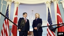 Хилари Клинтон (справа) выступает перед журналистами перед встречей с главой МИД Турции Ахметом Давутоглу, Вашингтон, 29 ноября 201