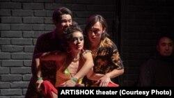 """Актриса Айсұлу Әзімбаева """"Лихорадка субботнего вечера"""" спектакліндегі басты рөлдердің бірінде ойнады."""