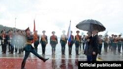 Президент Атамбаевди күтүп алуу учуру.