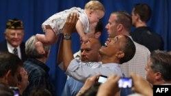 Barak Obama sa osmomesečnom bebom tokom svoje kampanje u Ohaju, jul 2012.