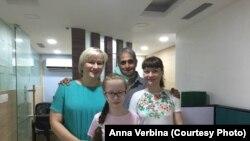 Вика Иванова из Иркутска вместе с мамой Юлией, через год после трансплантации сердца в Фортис Малар (Ченнай) на контрольном обследовании
