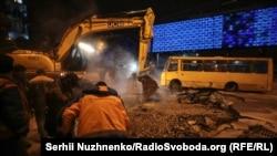 Ремонтні роботи на місці прориву теплотраси, Київ, 13 січня 2020 року