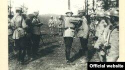 Regele Ferdinand decorînd militari români (Foto: prin curtoazia Muzeului Național de Istorie a României)