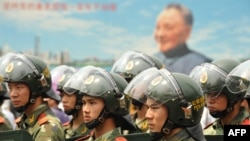 Китайская полиция охраняет участников антияпонских выступлений. Шэньчжень, Китай, 18 сентября 2012 года.