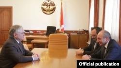 Բակո Սահակյանի եւ Էդվարդ Նալբանդյանի հանդիպումը, Ստեփանակերտ, 2-ը մայիսի, 2013թ., լուսանկարը` Հայաստանի արտգործնախարարության