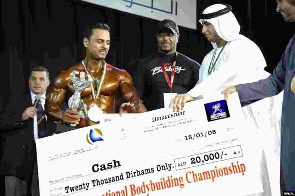 عباس عقيلی بدنساز ۳۸ ساله ايرانی مقام دوم و ۲۰ هزار درهم جايزه نقدی مسابقات دبی را در وزن ۸۵ کيلوگرم ازآن خود کرد