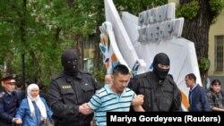 Задержания на месте проведения акции с требованием освободить политических заключенных. Алматы, 10 мая 2018 года. Иллюстративное фото.