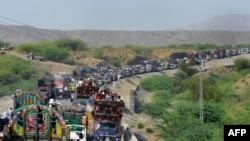 Civilët duke u larguar nga Vaziristani Verior në Pakistan