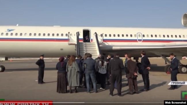 В огромном военно-транспортном самолете со спасенными явно нашлось бы место для кого-то еще, кроме 21 женщины и ребенка