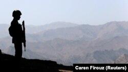 Un soldat pakistanez de gardă la granița cu Afganistanul