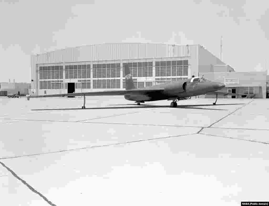 Після того, як пілот США Френсіс Гері Пауерс був збитий над Радянським Союзом, Сполучені Штати спробували приховати його шпигунську місію. НАСА випустило пресреліз, в якому стверджувалося, що літак U-2 проводив метеорологічні дослідження і що він відхилився від курсу після того, як пілот повідомив про труднощі з кисневим обладнанням. Щоб підтримати приховування, літак U-2 був швидко розфарбований у маркування НАСА з вигаданим серійним номером. Він був виставлений на огляд для новинних ЗМІ 6 травня 1960 року в Науково-дослідному центрі польотів НАСА на авіабазі Едвардс