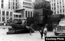 Арыгінальны помнік зьнесьлі ў першыя тыдні нямецкай акупацыі ў 1941 годзе