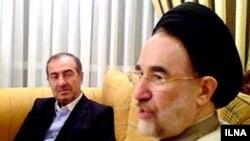 محمد خاتمی در منزل مرتضی الویری (چپ).
