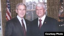 Аз чап, Ҷорҷ Даблю Буш, президенти Амрико ва Абдуҷаббор Ширинов, сафири Тоҷикистон.