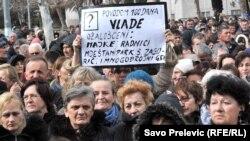 Protest korisnica naknada ispred Skupštine Crne Gore