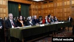 Членовите на грчката делегација во Меѓународниот суд на правдата во Хаг.