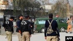 آمبولانس ارتش در حال انتقال زخمیان انفجار در پادگان مردان، ۱۰ فوریه ۲۰۱۱