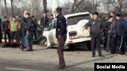 На месте аварии с участием машины с дипломатическими номерами в Бишкеке. 16 февраля 2017 года.
