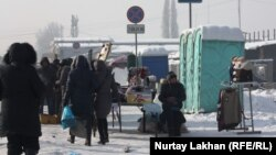 Биотуалеты и стихийная торговля вдоль улицы. Алматы, 6 февраля 2014 года.