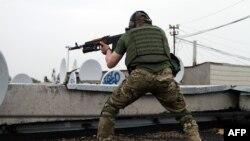 Un militant pro-rus pe un bloc de locuit la Luhansk, Ucraina, 2 iunie 2014