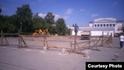 Строительная техника перед главным корпусом УрФУ