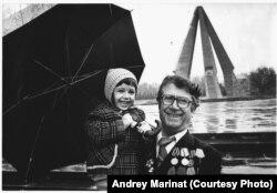 Алексей Маринат с внучкой. Кишинёв, мемориал павшим солдатам, 1987