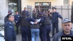 Одного из членов группы двадцати ведут в прокуратуру Черногории