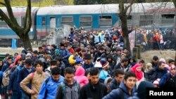 Pamje e migrantëve ndërmjet kufirit të Sllovenisë dhe Austrisë