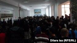 Блогер, суретші Аңсаған Мұстафаның сурет көрмесін тамашалап жүрген адамдар. Шымкент, 26 қараша 2014 жыл.