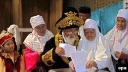 Жители села Акколь Акмолинской области голосуют на парламентских выборах 18 августа 2007 года.
