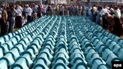 За смерть тысяч людей кто-то должен ответить. Церемония прощания с жертвами резни в боснийской Сребренице