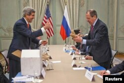 John Kerry gifting Sergei Lavrov potatoes.