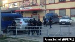 Policija ispred mesta gdje je organizovano saslušanje, Priština 12. avgust 2014.