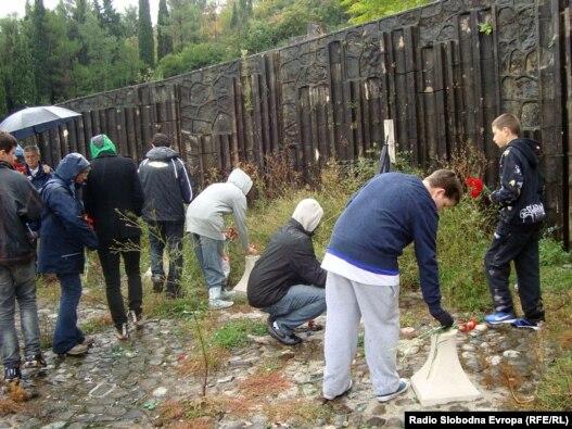 Učenici iz Londona i Mostara na Partizanskom groblju, 26. oktobar 2010, foto: Tina Jelin