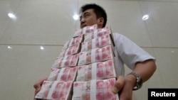 Radnik u jednoj banci u Kini, juli 2013.