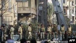 Военные возводят заграждения на улицах Каира
