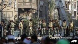 Военные возводят стену, разделяющую демонстрантов и полицию. Каир, 24 ноября 2011