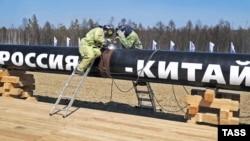 Сварщики на строящемся нефтепроводе в Китай. Амурская область, 27 апреля 2009 года.