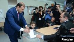 Тарон Маркарян голосует на выборах в Совет старейшин Еревана, 5 мая 2013 г.