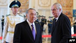 Президент Казахстана Нурсултан Назарбаев и президент Чешской Республики Милош Земан на церемонии встречи в Астане 24 ноября 2014 года.