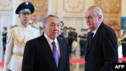 Президент Казахстана Нурсултан Назарбаев приветствует президента Чехии Милоша Земана (cправа) во время встречи в Астане. 24 ноября 2014 года.