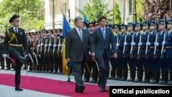 Президент України Петро Порошенко (ліворуч) та прем'єр-міністр Канади Джастін Трюдо. Київ, липень 2016 року