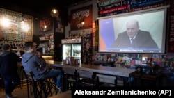 В одном из немногих еще остававшихся открытыми баров москвичи слушают обращение Путина
