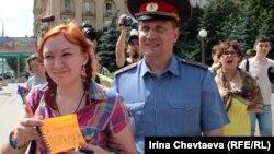 """Задержание участницы """"Монстрации"""" с листком """"Призываю к массовым порядкам"""" 7 июля 2012 года"""