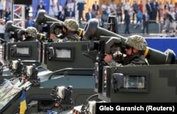 Українські військові з американськими протитанковими ракетними комплексами «Джавелін» (Javelin) під час військового параду до Дня Незалежності України. Київ, 24 серпня 2018 року