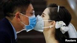 Un sărut în vreme de molimă.