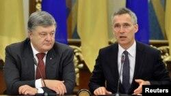 Петро Порошенко і Єнс Столтенберґ (п) у Києві, 10 липня 2017 року