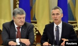 Poroshenko (left) and Stoltenberg